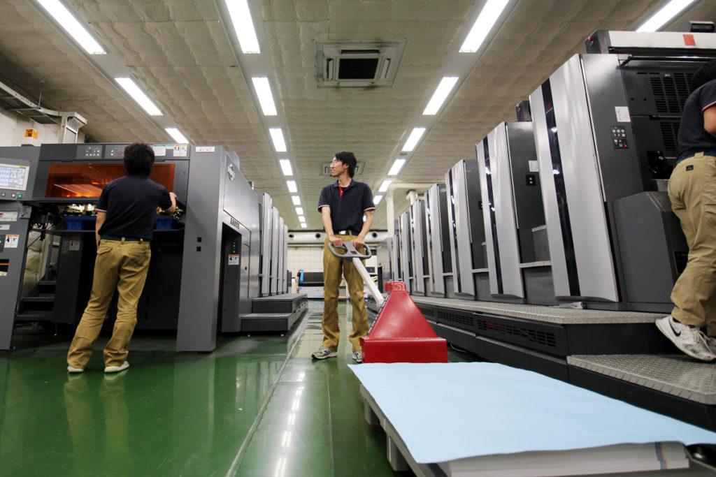 印刷された製品を次の工程へ運ぶ