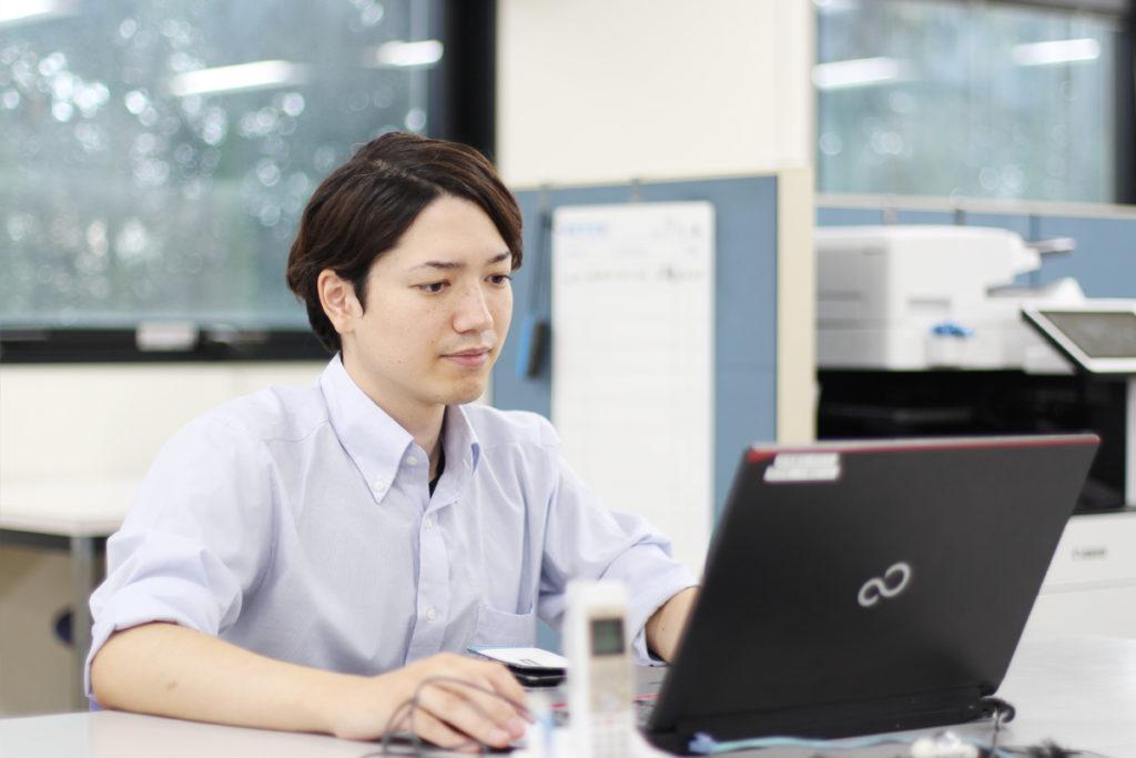 パソコンをさわる営業