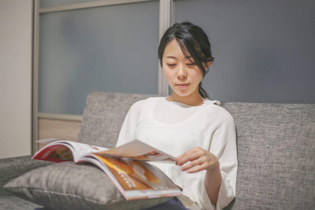 家で本を読みながらくつろぐ