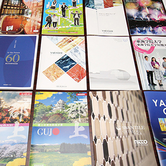 商業印刷物を並べたイメージ写真